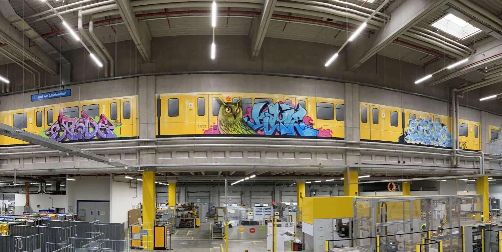 Amazon_berlin_2021_graffiti_tier_ubahn_innen_gelb_blau_graffiti_tags_logistik_02_artmos4_graffitiauftrag_graffitikuenstler