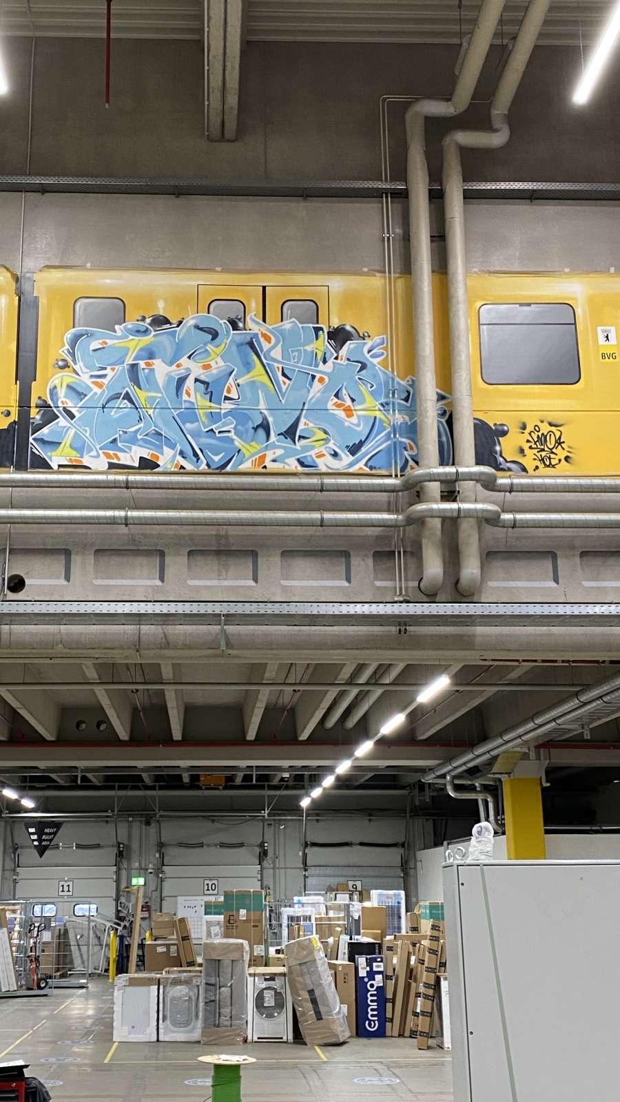 Amazon_berlin_2021_graffiti_tier_ubahn_innen_gelb_blau_graffiti_tags_logistik_15_artmos4_graffitiauftrag_graffitikuenstler