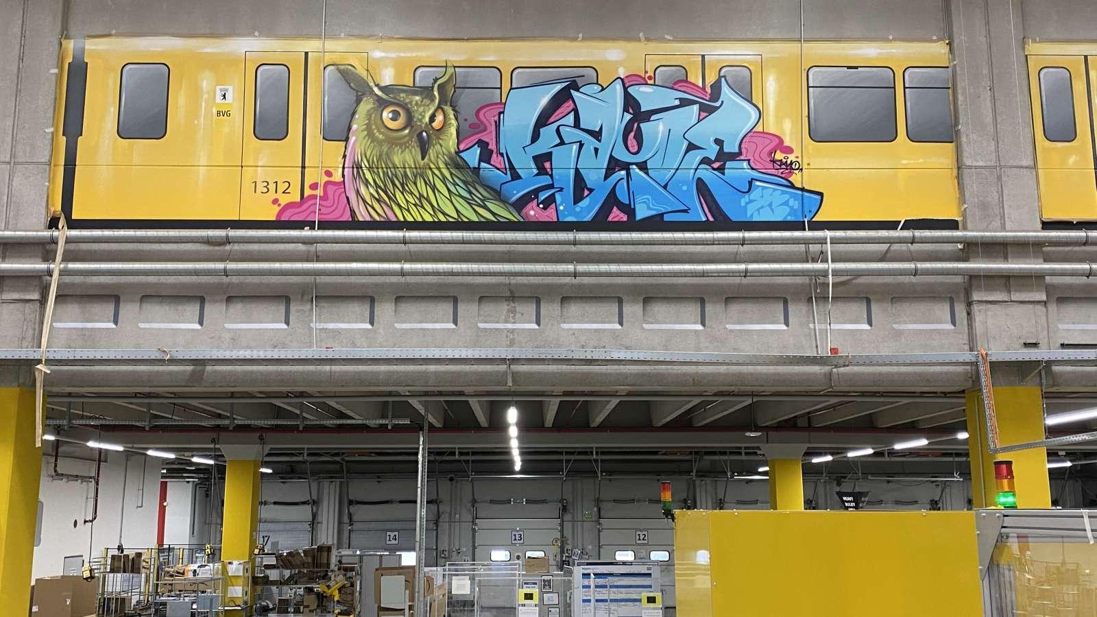 Amazon_berlin_2021_graffiti_tier_ubahn_innen_gelb_blau_graffiti_tags_logistik_20_artmos4_graffitiauftrag_graffitikuenstler