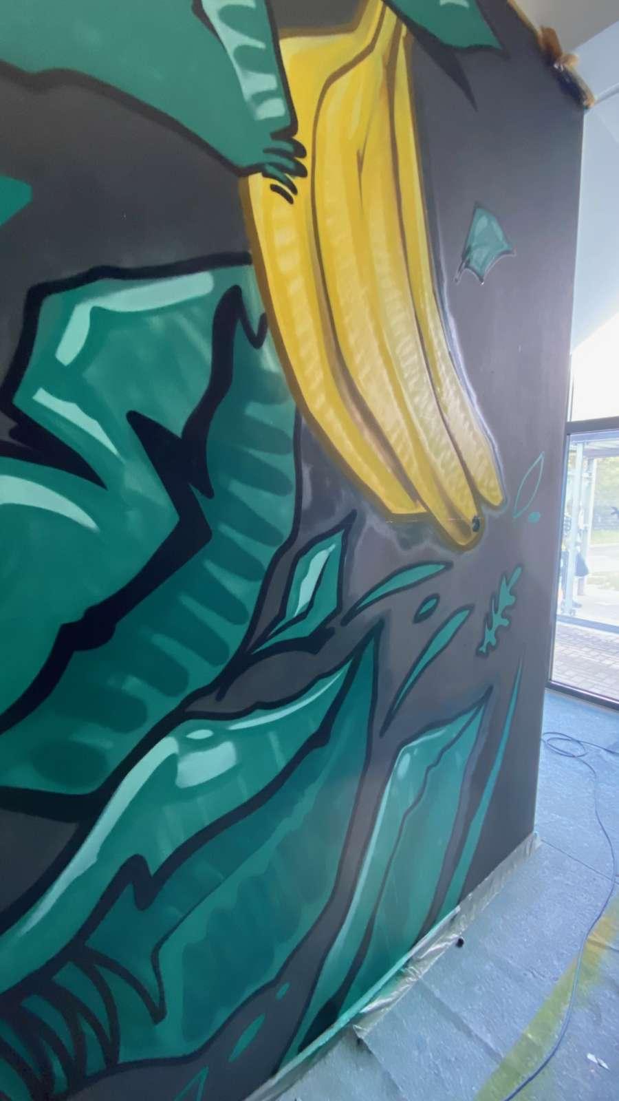 Amazon_Völklingen_2021_dschungle_Banane_blätter_innen_grün_grau_bunt_graffiti_Logistik_01artmos4_graffitiauftrag_graffitikuenstler