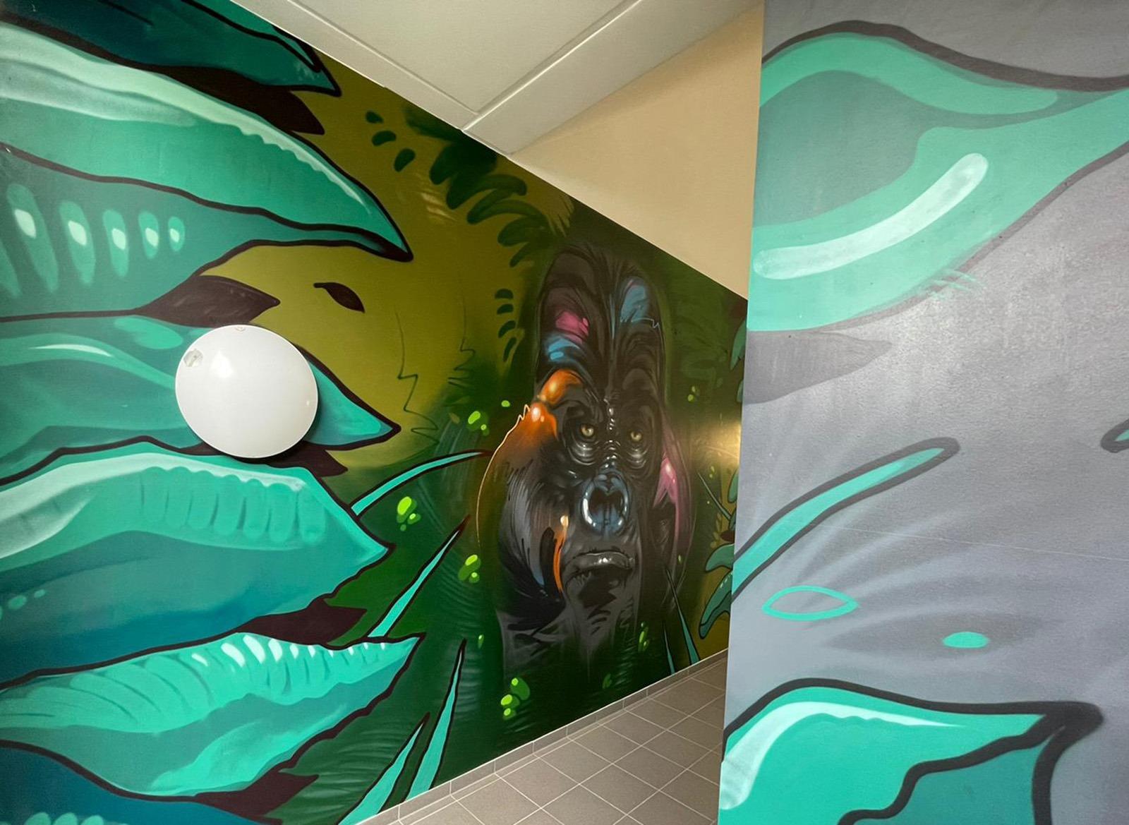 Bunter Gorilla im Graffitistil vor Dschungel Hintergrund für Amazon