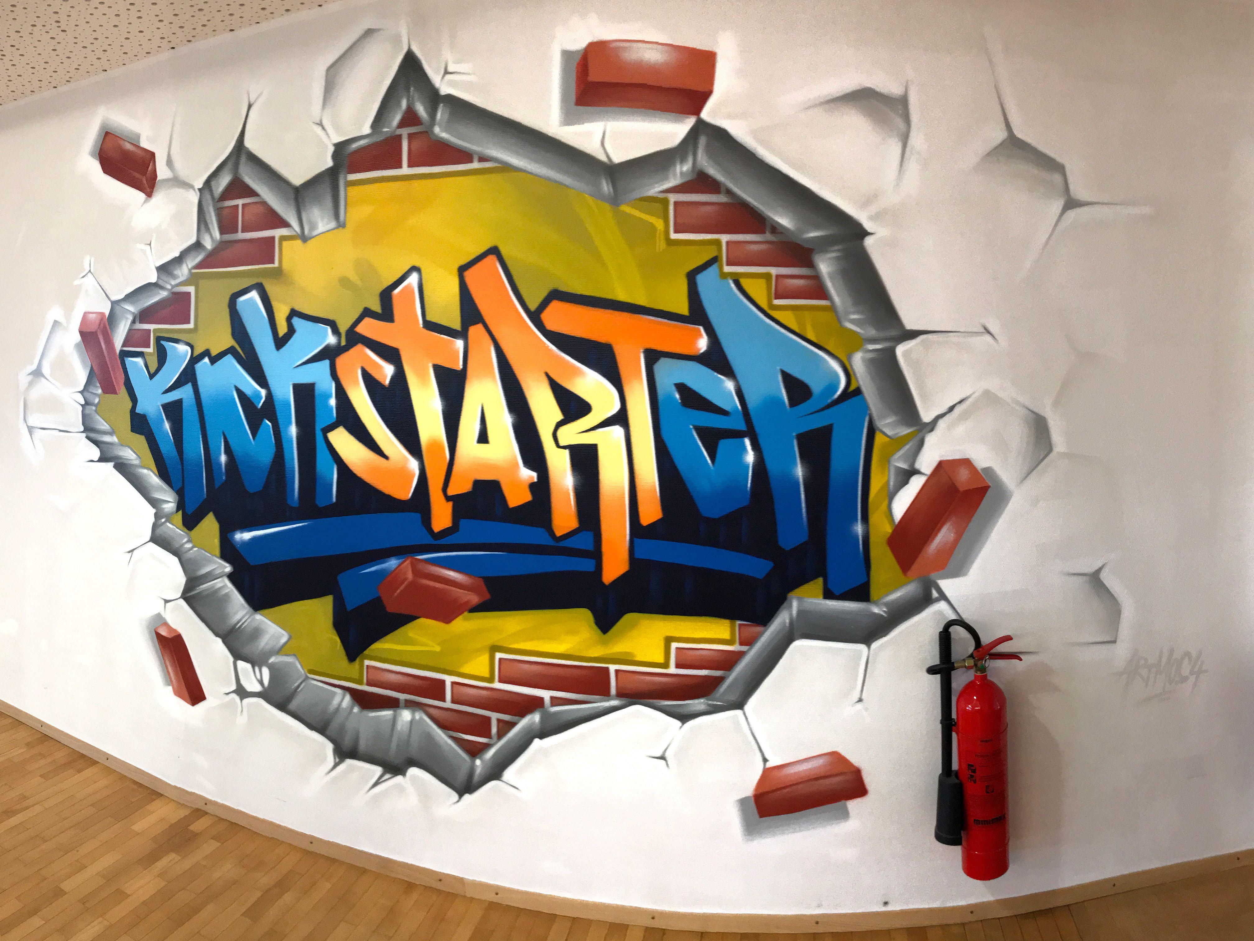 graffitiauftrag-graffitikuenstler-artmos4-Bosch_2017_schrift_graffiti_kickstarter_mauer_gelb_blau_orange_rot_innen