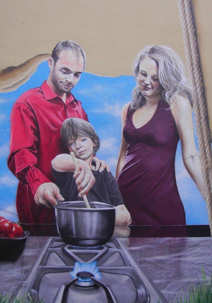 Fotorealistisch dargestellte Familie beim Kochen.
