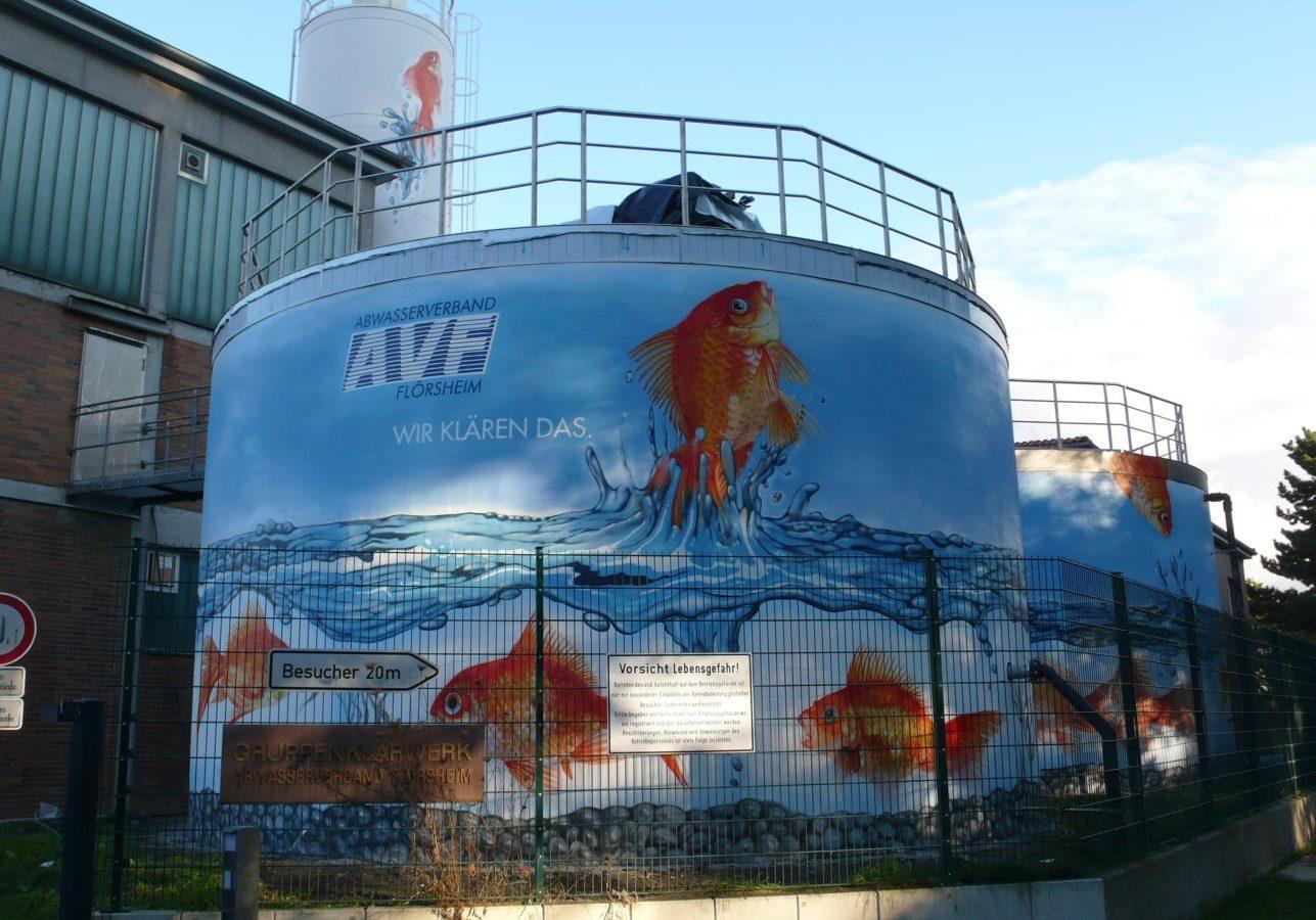 graffitiauftrag-graffitikuenstler-artmos4-abwasserverband_flörsheim_2009_goldfisch_tier_wasser_aussen_orange_blau_fotorealistisch