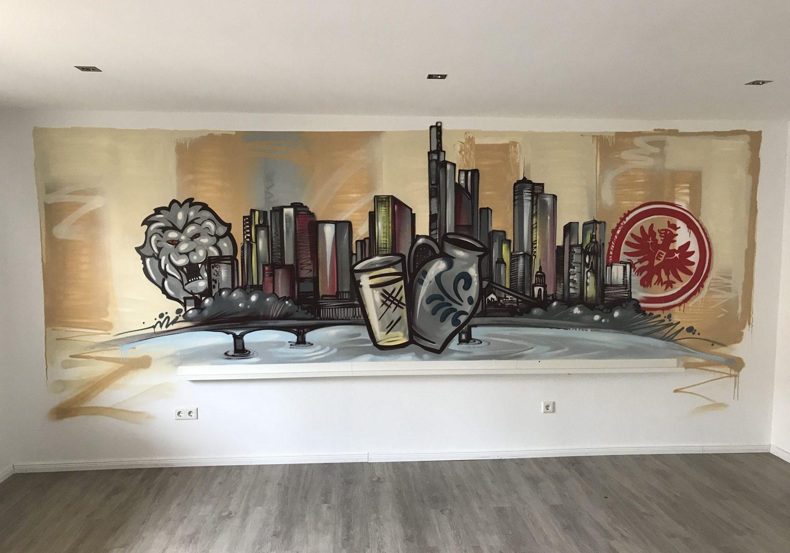 graffitiauftrag-graffitikuenstler-artmos4-bembel-frankfurt-2018-innen-skyline-logo-hintergrund-beige-grau-illustrativ-kunst