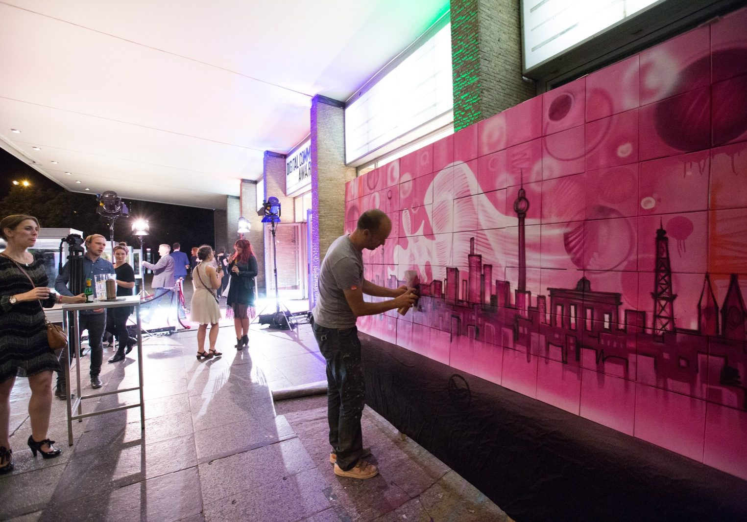 graffitiauftrag, graffitikuenstler, artmos4, dca, event, skyline, berlin, pink, illustrativ