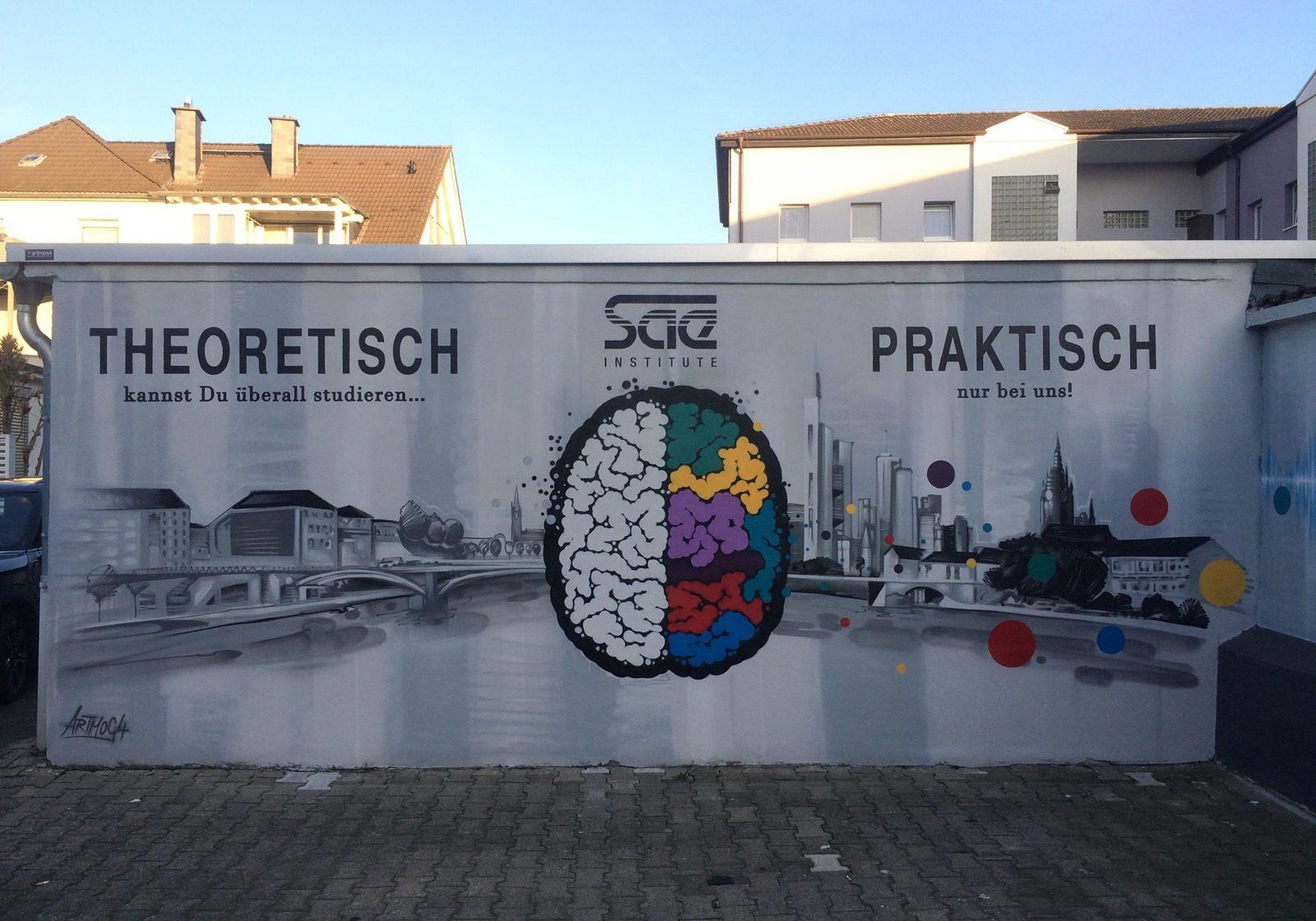 graffitiauftrag_graffitikuenstler_artmos4_sae_institut_2015_schrift_landschaft_skyline_frankfurt_gehirn_bunt_logo_punkte_audio_aussen_illustrativ