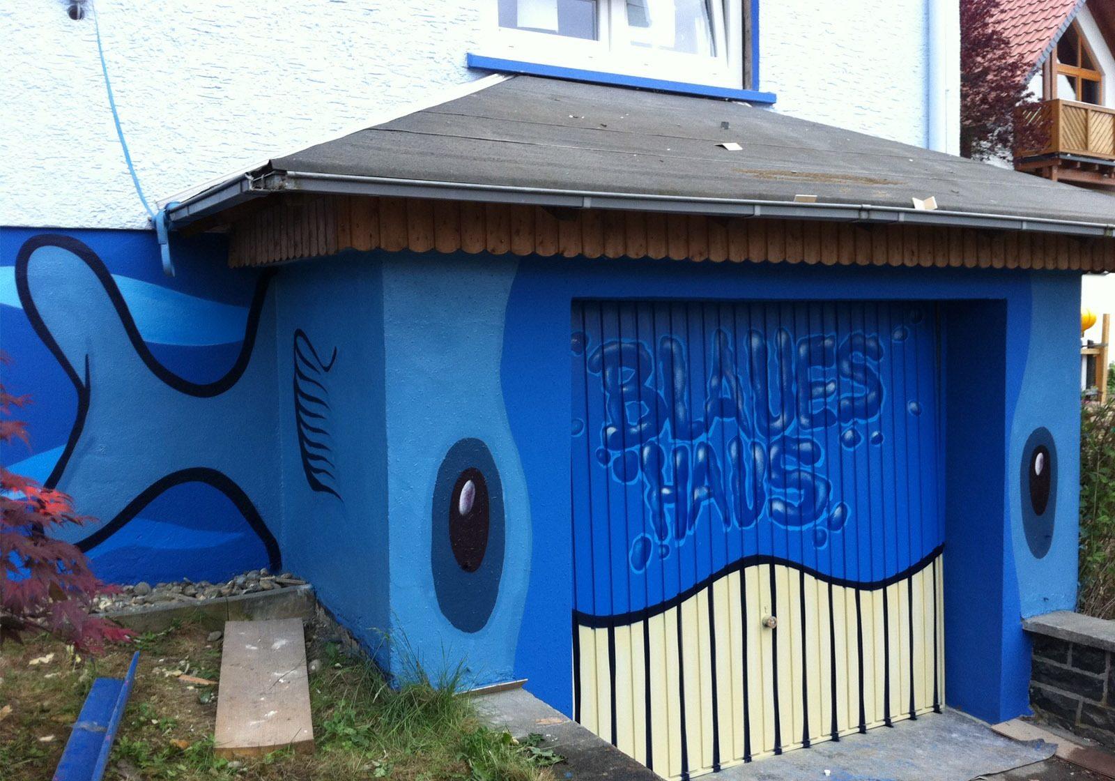graffitiauftrag-graffitikuenstler-artmos4-zuhause-im-glueck-blause-haus-schule-2011-wasser-landschaft-tier-filsch-schrift-aussen-blau-illustrativ-comic-privat