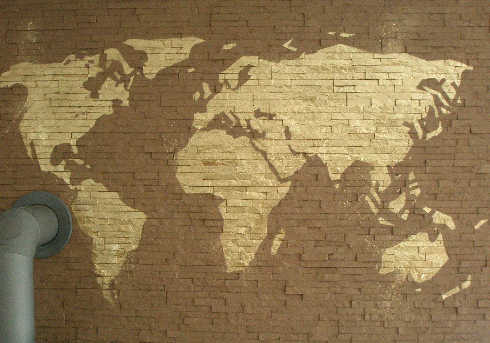 graffitiauftrag-graffitikuenstler-weltkarte-2013-innen-gold-folie-privat