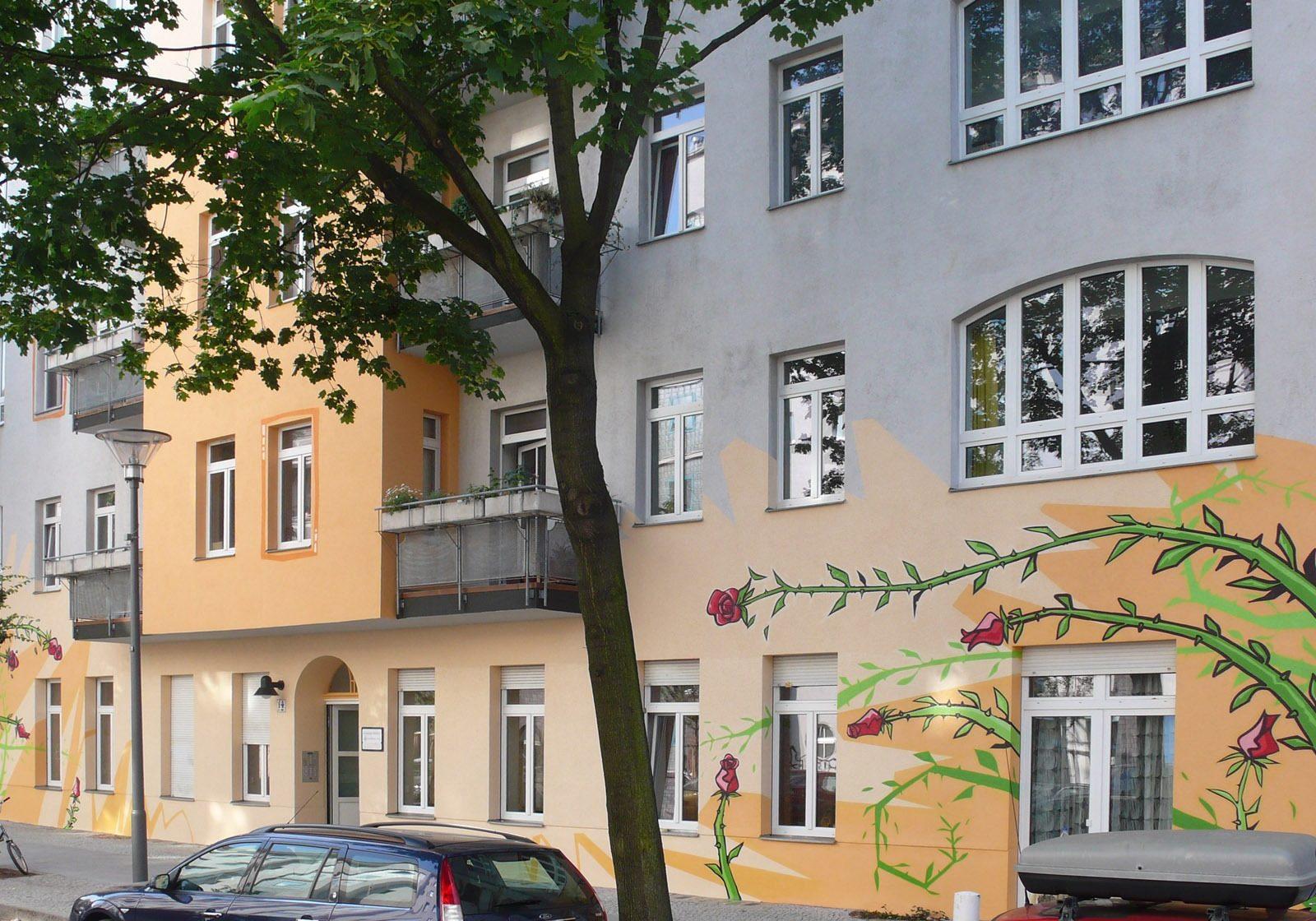 graffitiauftrag_graffitikuenstler_artmos4_basquiat_baugenossenschaft_berlin_rosen_pflanzen_illustrativ