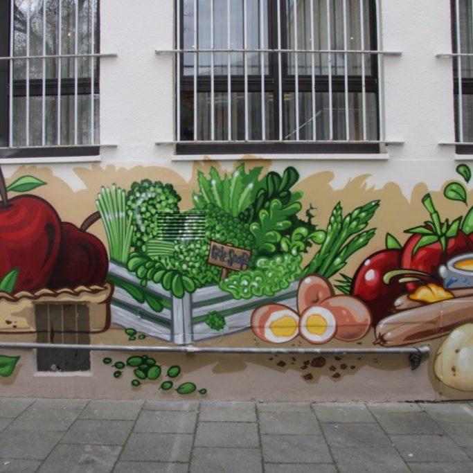 graffitiauftrag-graffitikuenstler-artmos4-kleinmarkthalle_frankfurt_2016_illustrativ_comic_aussen_pflanzen_essen_menschen_silhouetten_tier_sport_schule_vielfalt