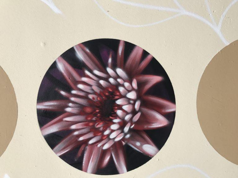Graffitikuenstler, Graffitiauftrag, Artmos4, Blindenhilfswerk, Berlin, Blume, Fotorealistisch
