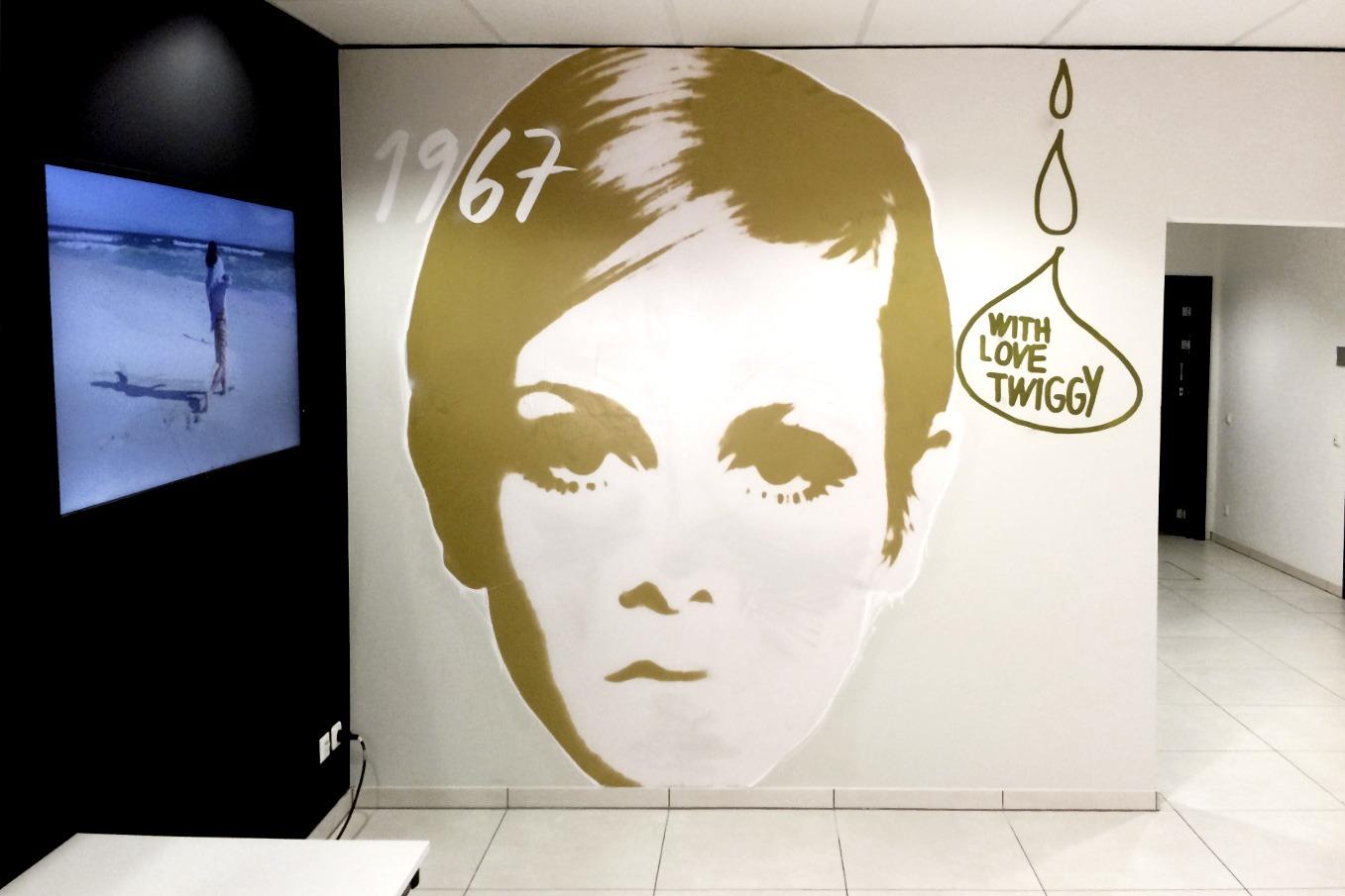 graffitiauftrag-graffitikuenstler-artmos4-CundA_2015_silhouetten_Menschen_grafisch_schrift_innen_gold_folie_Mode