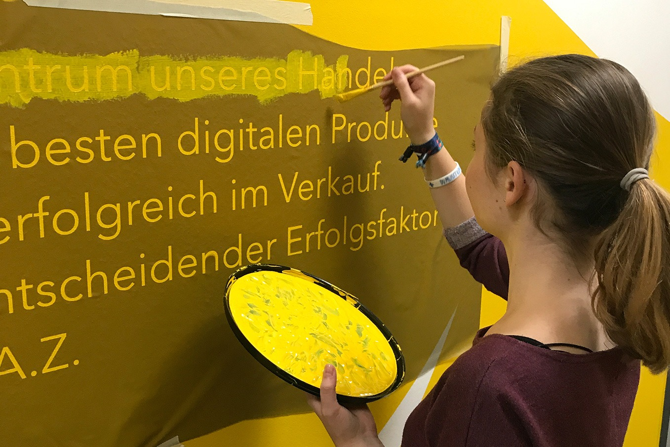 graffitiauftrag-graffitikuenstler-artmos4-FAZ_Frankfurt_2017_schrift_buchstaben_typo_grafisch_Leinwand_gelb_weiss_folie_medien