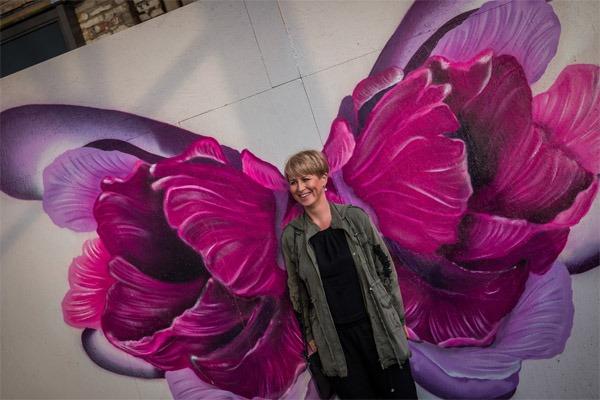 graffitiauftrag-graffitikuenstler-artmos4-bplusd-events-wella-fredenhagen-offenbach-event-2018-fluegel-la-wings-pink-kunst