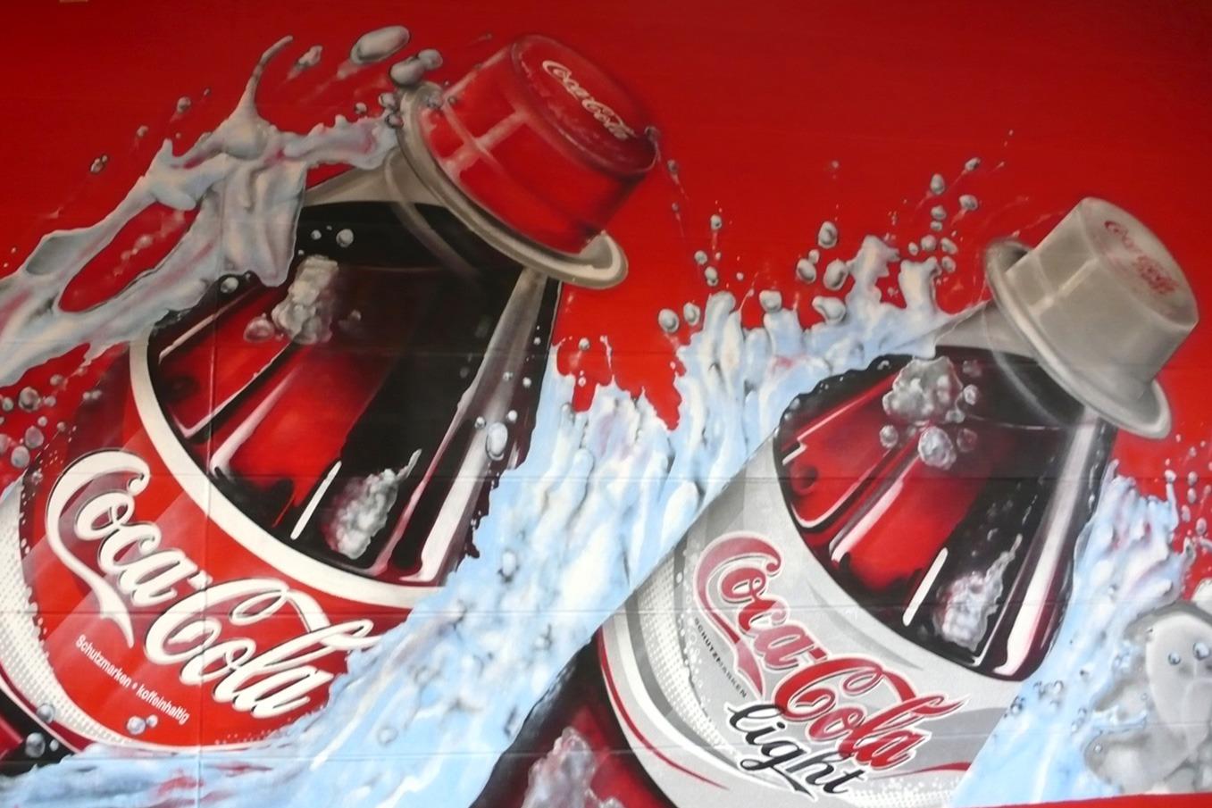 graffitiauftrag-graffitikuenstler-artmos4-coca_cola_2007_handel_wasser_eis_flasche_rot_weiß_fotorealistisch_innen