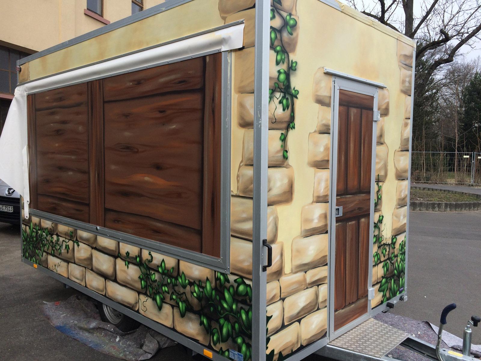 graffitiauftrag-graffitikuenstler-artmos4-creperia-laura-anhaenger-2015-fahrzeug-mauer-pflanzen-holz-logo-schrift-objekt-beige-braun-illustrtativ