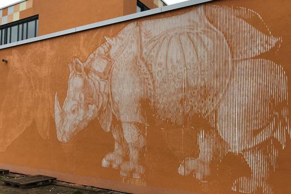 graffitiauftrag-graffitikuenstler-artmos4-da-di-werk-albrecht-duerer-schule-2017-nashorn-tier-orange-weiss-folie-illustrativ-aussen