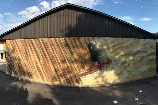 graffitiauftrag-graffitikuenstler-artmos4-einboeck-oestereich-salzburg-2018-landschaft-fahrzeug-traktor-reifenspuren-beige