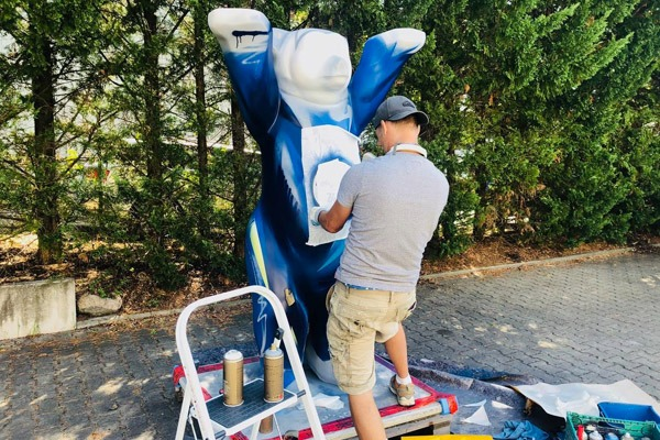 graffitiauftrag-graffitikuenstler-artmos4-estensis-berlin-buddy-bear-2018-objekt-graffiti-trashig-logo-kunst-folie-blau