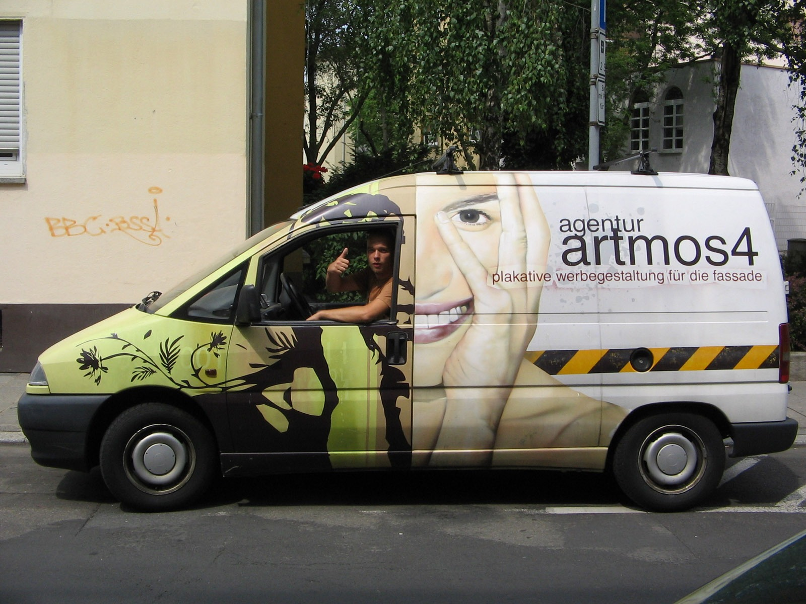 graffitiauftrag-graffitikuenstler-artmos4-fahrzeug-2009-gesicht-mensch-pflanzen-logo-schrift-grafisch-objekt-folie-fotorealistisch