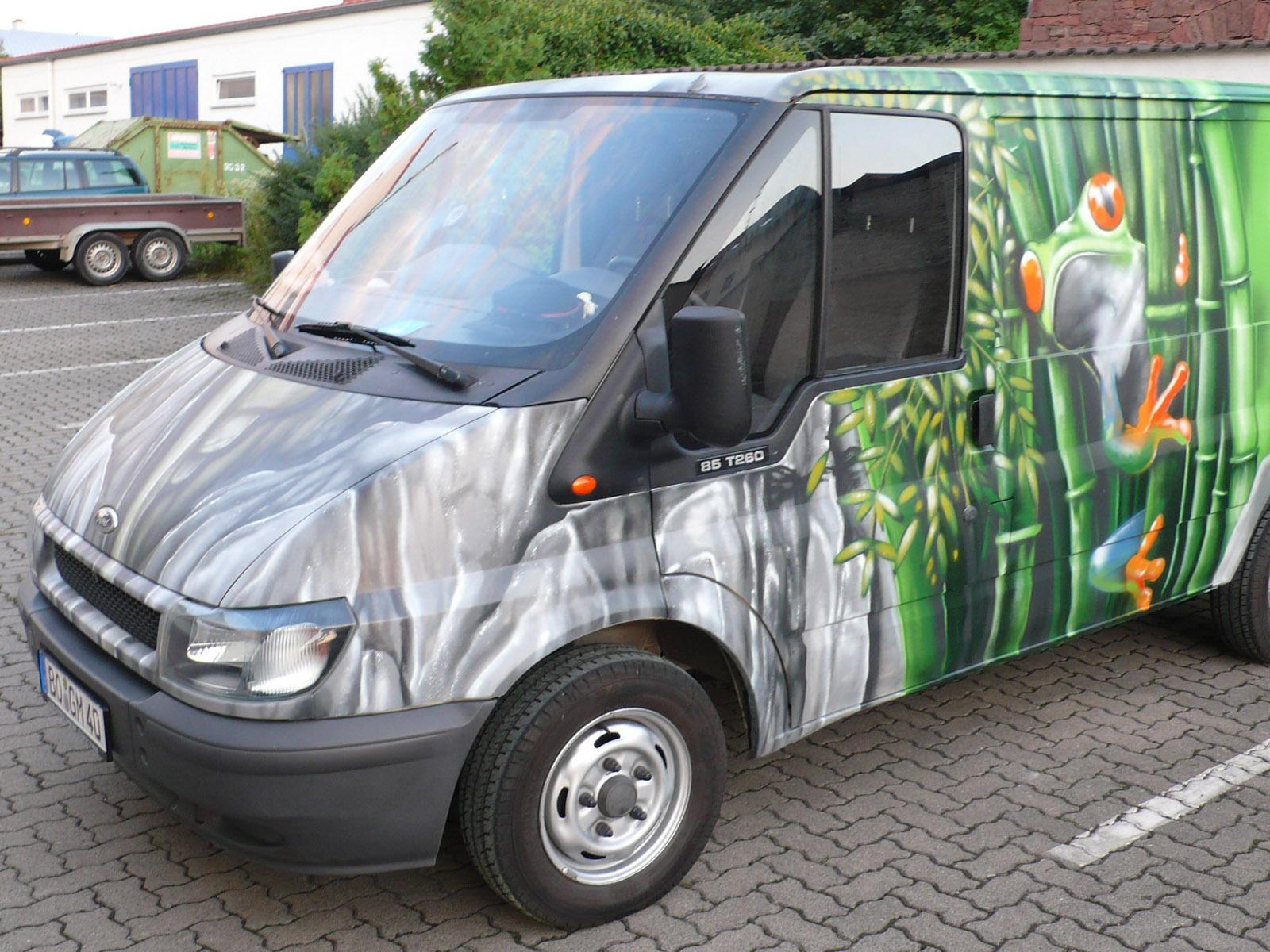 graffitiauftrag-graffitikuenstler-artmos4-goranmobil-auto-2008-tier-frosch-pflanzen-landschaft-mauer-objekt-gruen-grau-fotorealistisch-fahrzeug
