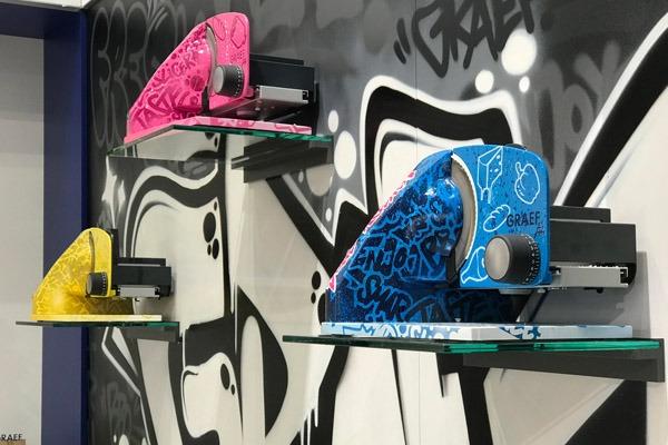 graffitiauftrag-graffitikuenstler-artmos4-graef-ifakuechenmaschine-2018-objekt-graef-fiti-50-jahre-schwarz-messestand-fass-tags