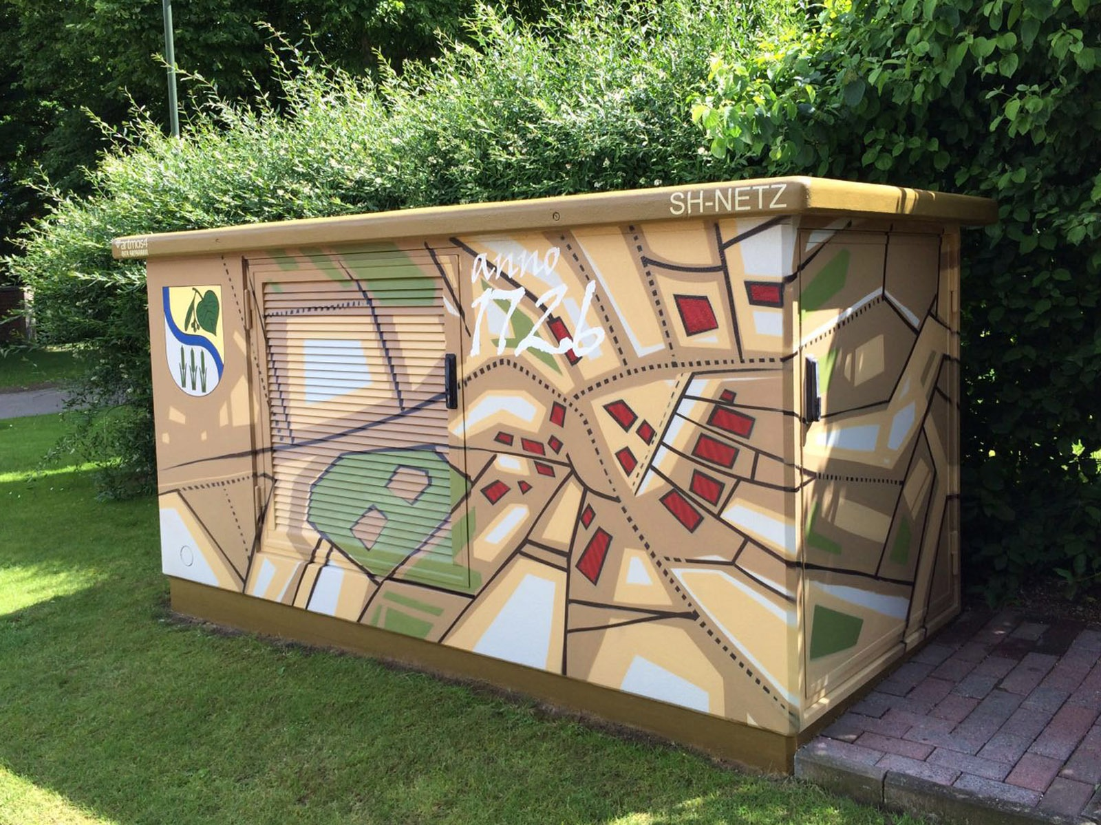 graffitiauftrag-graffitikuenstler-artmos4-hansewerk-2016-karte-wappen-schrift-beige-gruen-illustrativ-energieversorger