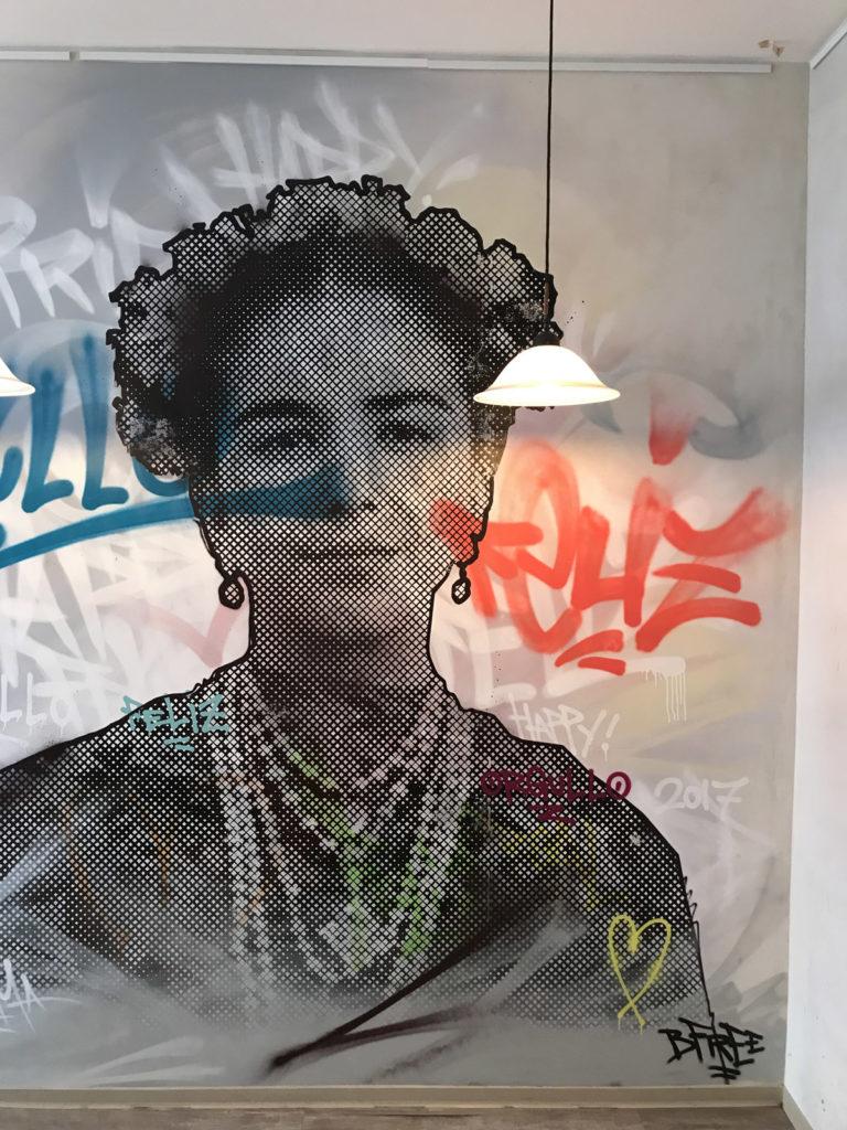 Graffitikuenstler, Graffitiauftrag, Artmos4, CafeTioMadrid, Rasterbild, Person, Schrift