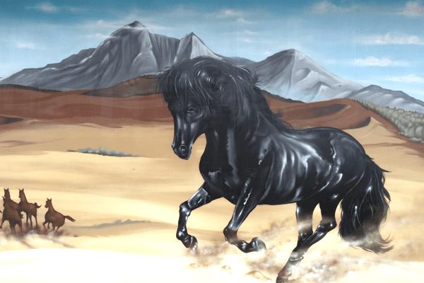 artmos4, graffitiauftrag, graffitikuenstler, pferd, fotorealistisch, schwarz, braun, grau, blau, landschaft