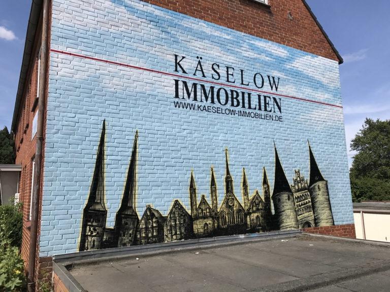 Graffitikuenstler, Graffitiauftrag, Artmos4, KaeselowImmobilien, Landschaft, Gebaeude, illustrativ