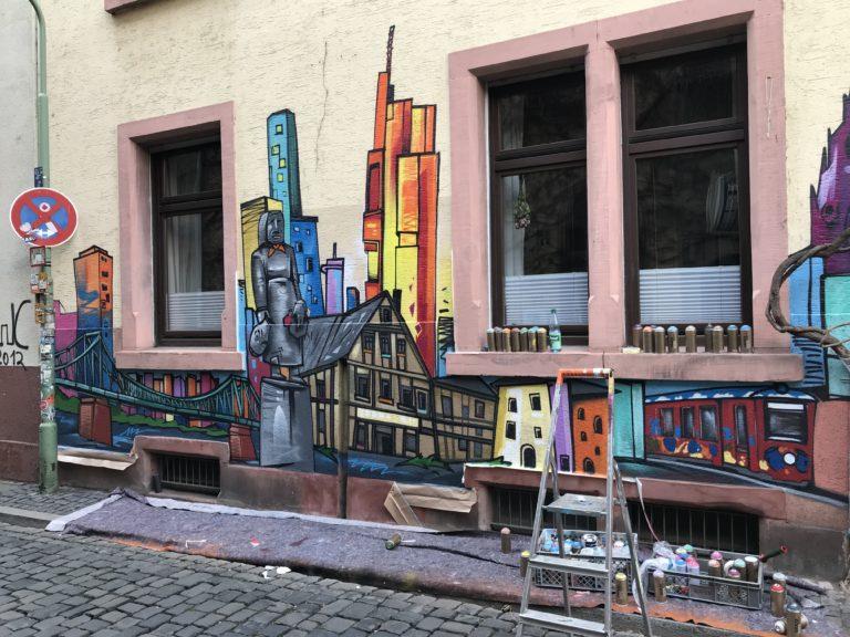 Graffitikuenstler, Graffitiauftrag, Artmos4, Frankfurt, Skyline, Bunt, illustrativ