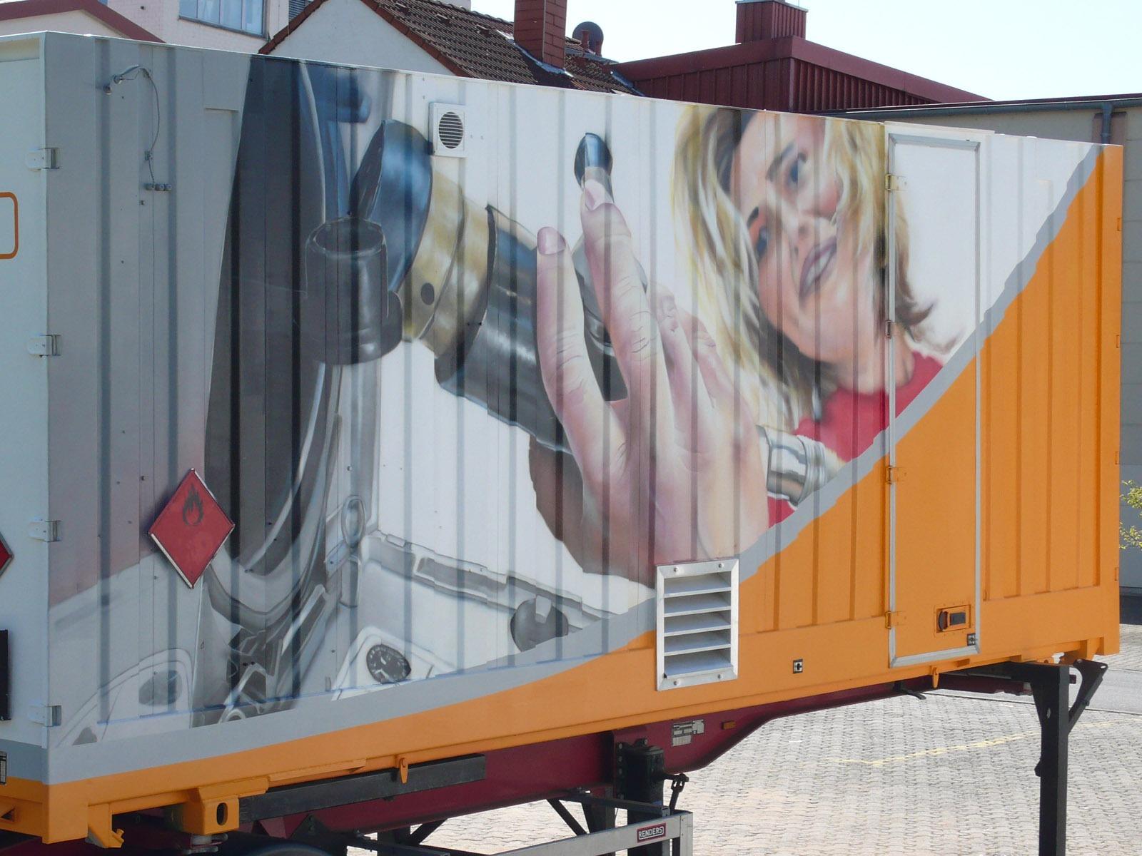 graffitiauftrag-graffitikuenstler-artmos4-nup-erdgas-anhaenger-2007-gesicht-mensch-maschine-hand-schrift-logo-objekt-orange-weiss-fotorealistisch-energieversorger-fahrzeug