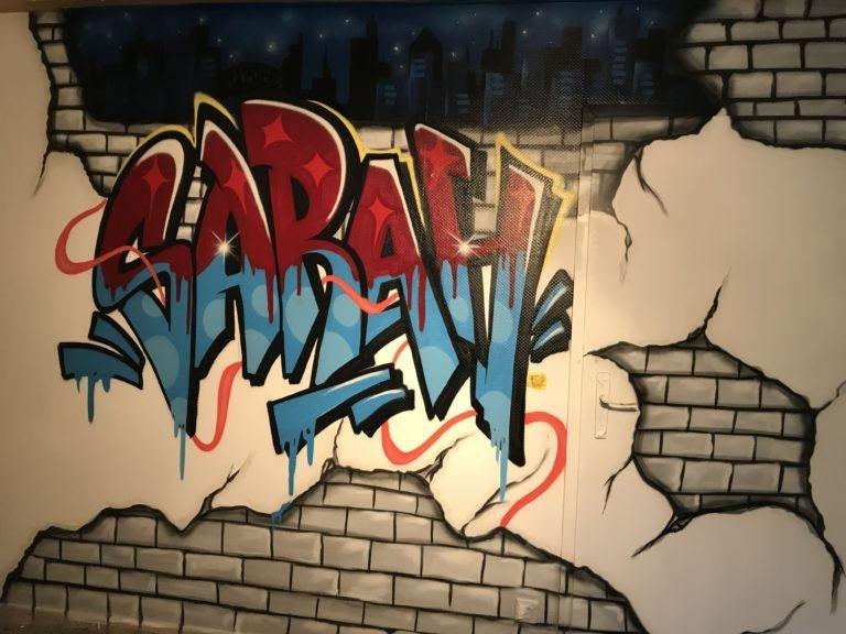 Graffitikuenstler, Graffitiauftrag, Artmos4, Schriftzug, Graffiti, Bunt, Mauerdurchbruch, Skyline