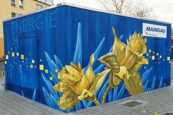 graffitiauftrag-graffitikuenstler-artmos4-trafostation-maingau-energie-steckdose-gas-blume-blau-gelb