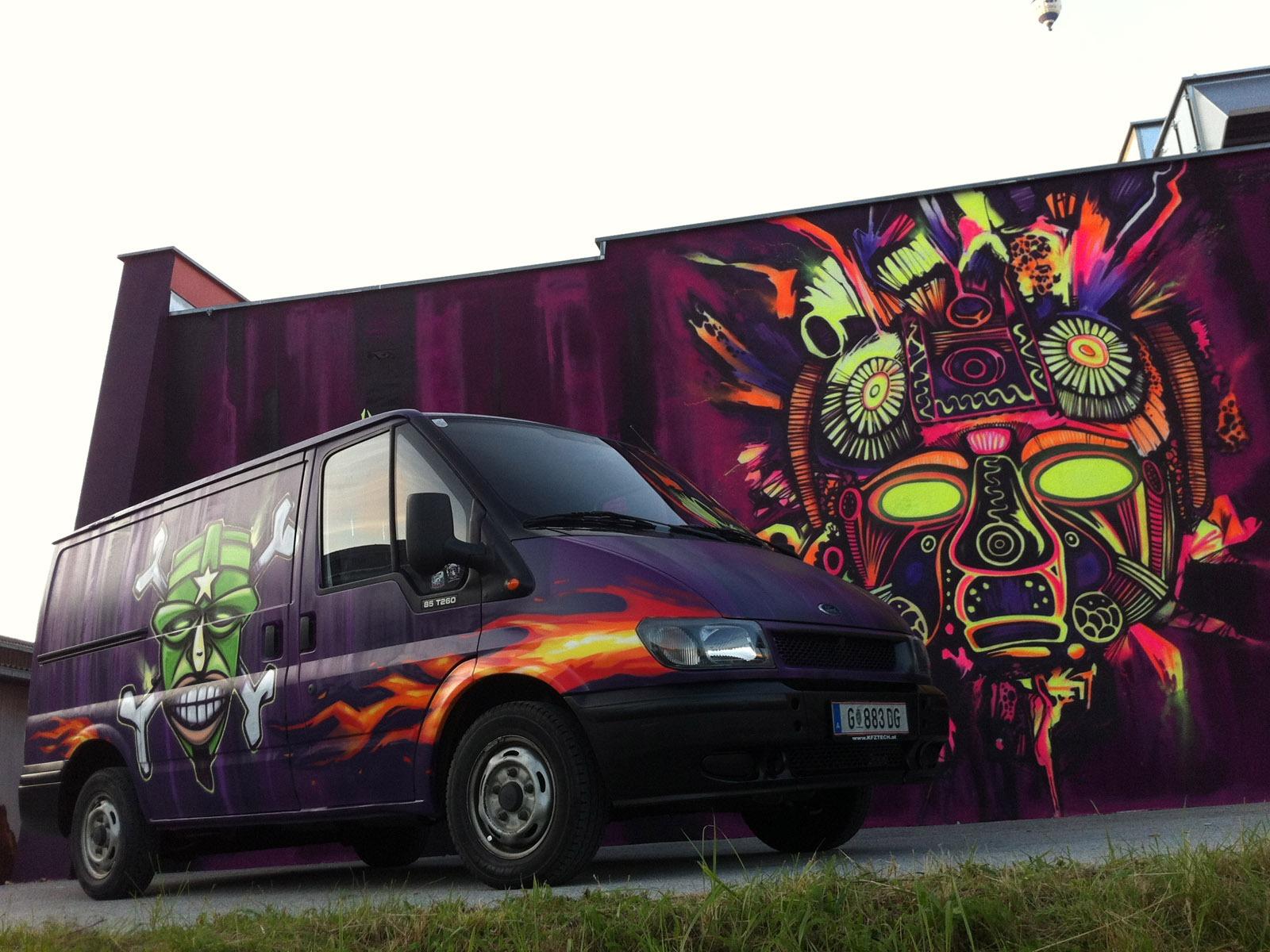 graffitiauftrag-graffitikuenstler-artmos4-voodoo-disco-fassadengestaltung-auto-maske-neon