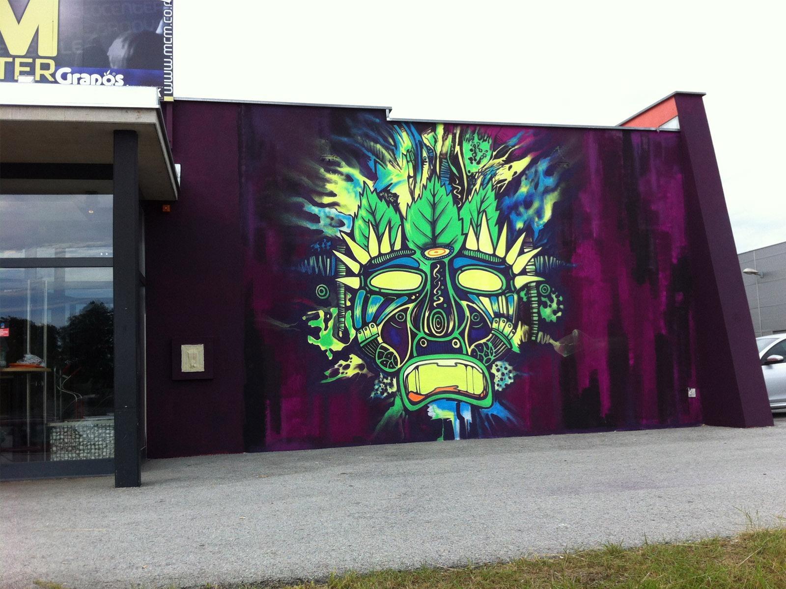 graffitiauftrag_graffitikuenstler_artmos4_voodoo_disco_maske_grün