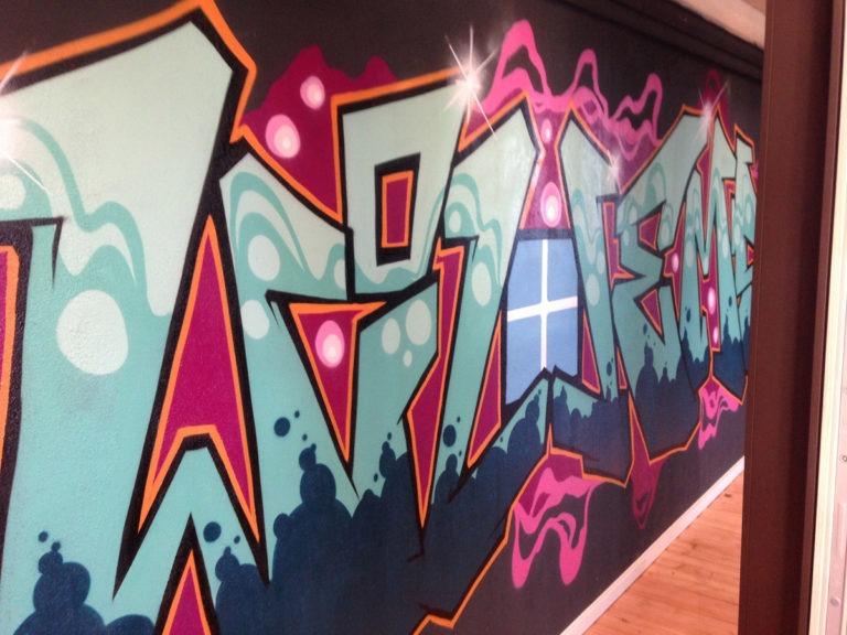 Graffitikuenstler, Graffitiauftrag, Artmos4, WillemsFensterundTueren, Schrift, Bunt, Style