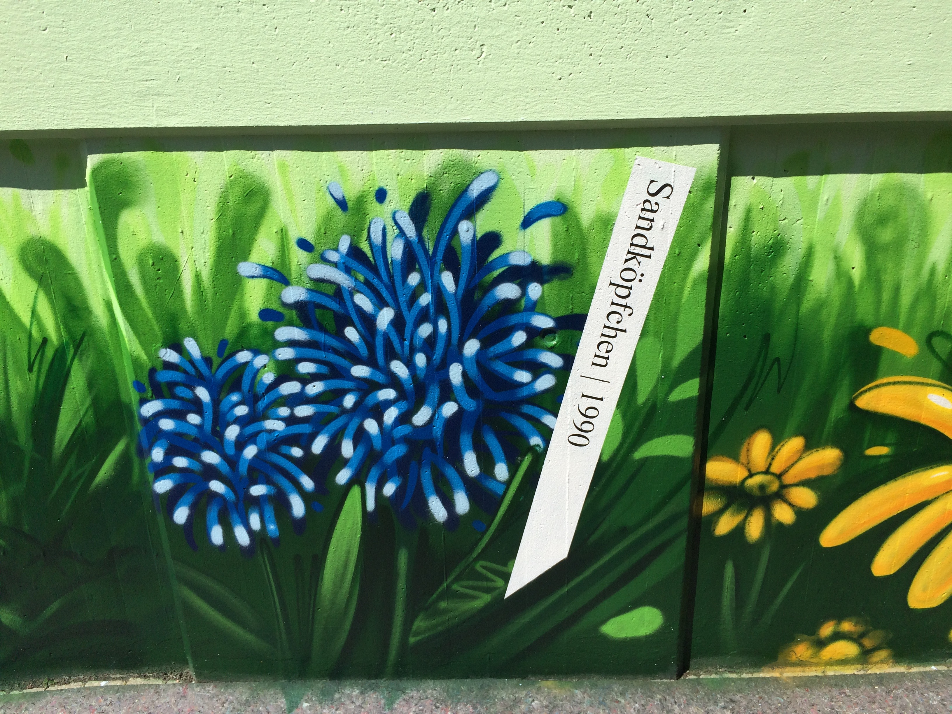 graffitiauftrag-graffitikuenstler-artmos4-deutsche_bahn_2016_hamburg_pflanzen_landschaft_grün_weiß_schrift_aussen_verkehrsbetrieb
